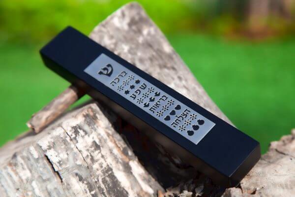 מזוזה מעוצבת עשויה מעץ צבע שחור